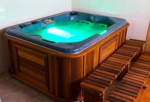 Round Hot Tub On Deck. U2039